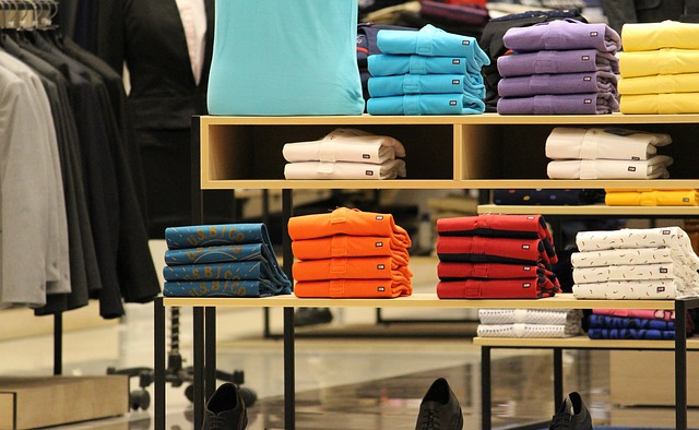 složená trička v obchodě