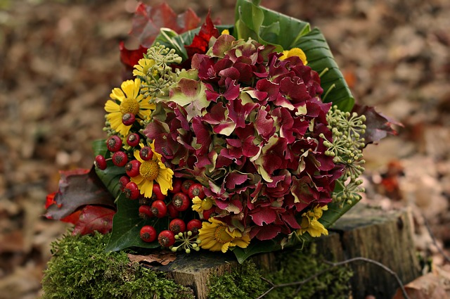 podzimní kytice na pařezu