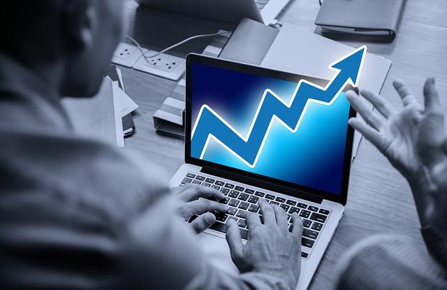 růst – šipka na notebooku, podnikatelé.jpg