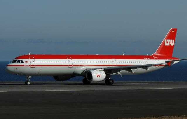 červenobílé letadlo LTU