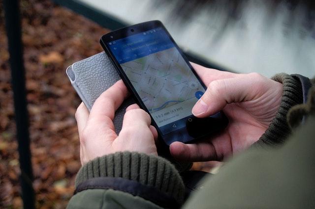 Mužské ruce držící pouzdro na mobil a mobil